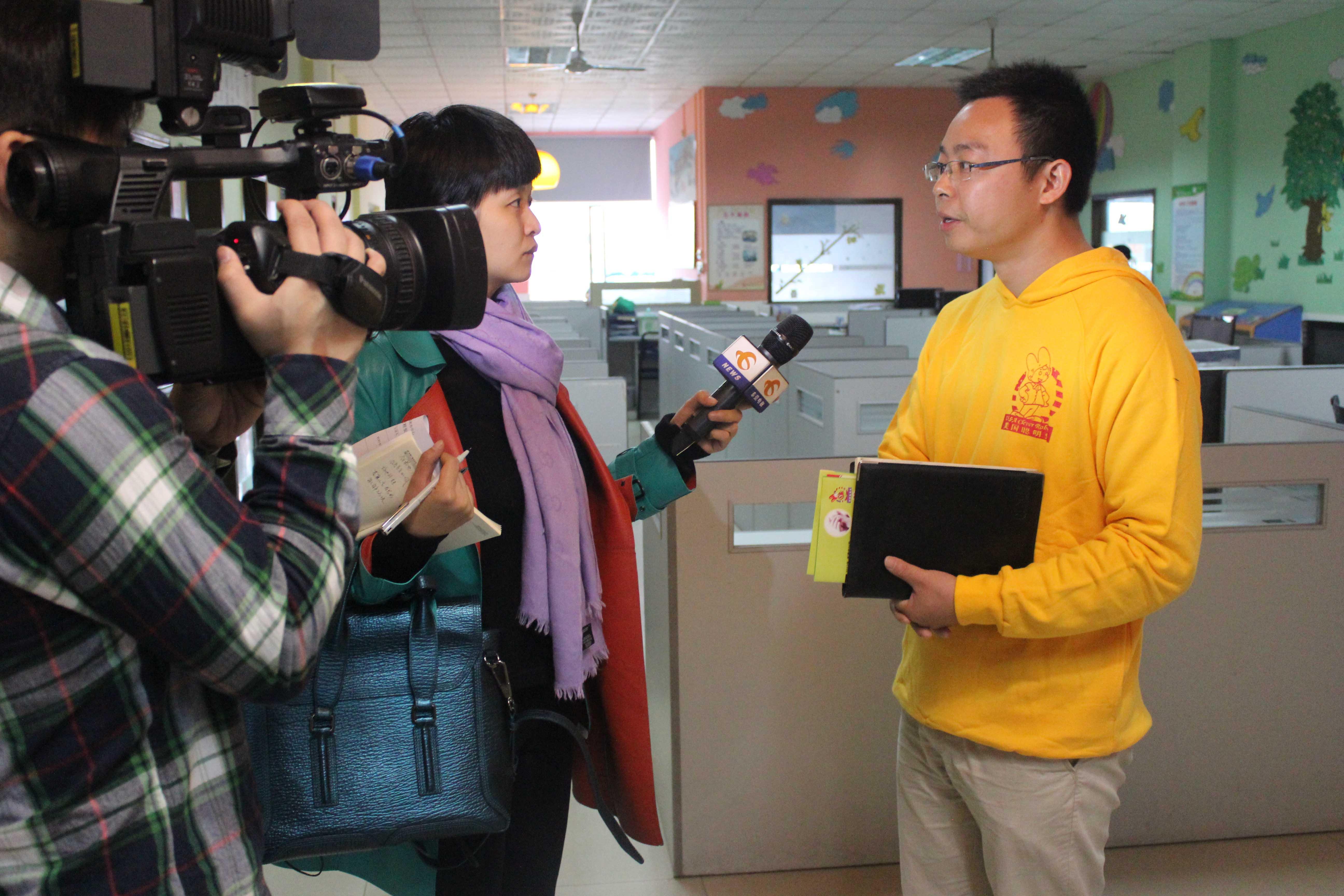 王副总接受电视台采访